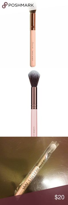 Makeup Brush Rose Gold Tapered Highlighting Brush 522  A testament to cruelty-free and vegan beauty, this Luxie highlighting brush features a sleek pink handle and rose gold ferrule. The makeup brush has bristles that are clean and soft as silk on the skin. Without needing a lot of makeup product, the brush size makes it ideal for an easy and simple makeup application. Perfect as an everyday highlight brush. Luxie Beauty Makeup Brushes & Tools
