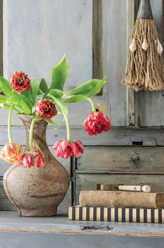 A East Asian vase holds tulips. Photography by Peter Vitale Cut Flowers, Colorful Flowers, Asian Vases, Country Kitchen Designs, Colorful Paintings, Tulips, Greenery, Planter Pots, Bloom