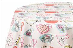 Mantel Daphne: Tazas y más tazas, todas las que quieras para montar una mesa alegre y divertida, plasmadas en esta prenda de fácil cuidado.Los diseños que integran esta colección, pueden armonizarse también con Casandra y Denisse.