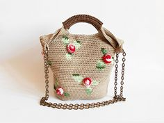 Combine your skills, practice tapestry crochet to draw the leaves and then make some roses out of simple crochet stitches. You'll make a fashionable two handle bag with beautiful volume. And use shaded yarn for a more natural effect.