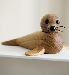 Female seal is a playful and decorative seal in oak. The raw and simple expression of female seals, given by the pure wood, is perfectly complemented by a more childlike … - New Deko Sites Wall Christmas Tree, Christmas Wood Crafts, Small Wood Projects, Wood Turning Projects, Whittling Wood, Resin Furniture, Wood Animal, Wooden Figurines, Got Wood