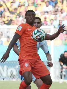 Chile's midfielder Charles Aranguiz (front) controls the ball during the Group B football match between Netherlands and Chile at the Corinthians Arena in Sao Paulo during the 2014 FIFA World Cup on June 23, 2014.