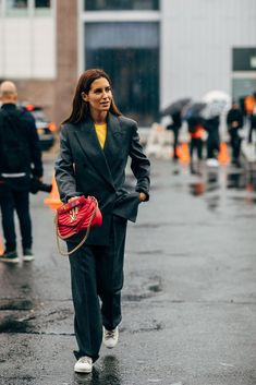 Gala Gonzalez with a Louis Vuitton bag Gala Gonzalez, New York Fashion Week Street Style, Spring Street Style, Street Fashion, Pretty Outfits, Fall Outfits, Pretty Clothes, Classic Wardrobe, Winter Trends