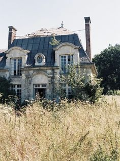 From French Charmed: Time for our weekend getaway pic! This time, we've brought you to a gorgeous abandoned home outside Paris. (If this is France's version of the country slums, I'd happily be poor!)