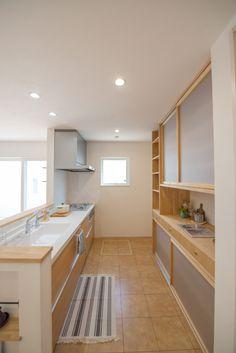 食器棚 Japanese Kitchen, Japanese House, Kitchen Cabinet Organization, Kitchen Storage, Kitchen Interior, Kitchen Design, Muji Home, House Rooms, Home Kitchens