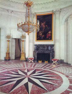 Salon rond, Grand Trianon, Versailles. En 2014, aux tristes couleurs d'un éclairage dificile. En 1971, aux couleurs saturées par une impression en quadrichromie poussée. Laquelle à votre préférence ?