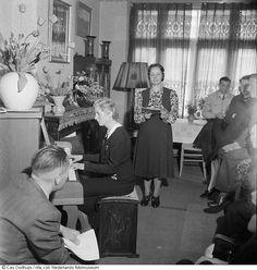 In een woonkamer vindt tijdens de hongerwinter een huisconcert plaats, Amsterdam (1945)