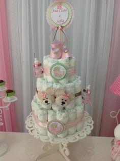 Em vez de um bolo de verdade, o desse chá de bebê de duas meninas era todo feito de fraldas descartáveis e ajudava a compor a decoração da festa