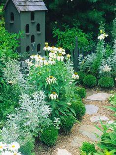 Gartengestaltung: Sanfte Kurven. Legen Sie optisch ansprechende Wege und Betten an, indem Sie niedrige Pflanzen vor den höheren anordnen.