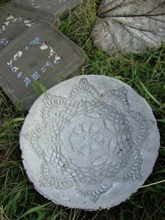 pierres de gué en béton à motif rosaces en tant que déco de jardin