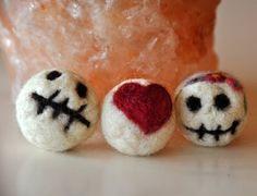 Valentijnsdag cadeautje: mini viltballetjes Verliefde Schedeltjes - biologische wol op Etsy, 4,95€