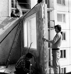 Na snímke z 26. júna 1984 vidíme osádzanie obvodových panelov na sídlisku Dvory v Petržalke. Bratislava, Arches, Old Photos, Memories, History, Fotografia, Hungary, Old Pictures, Memoirs