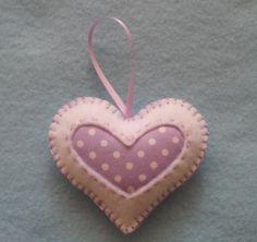 Hecho a mano fieltro y algodón tela corazones juego de 4, recorte de fieltro blanco y tela de lunares, rosa y púrpura. Estos corazones medir 2,75 pulgadas de ancho por 2.5 pulgadas de altos con una cinta de raso de 2 pulgadas para colgar y bordados con hilo de Satén. ¡Gracias