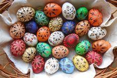 """Od dětství maluji velikonoční kraslice tradiční jihočeskou technikou – včelím voskem. Vše mě naučil """"strejda"""" Klimešů, ke kterému jsem od první třídy chodila malovat vajíčka. Naučil mě malovat vajíčka stírací voskovou technikou. Celá tato technika prováděná klasickým způsobem je docela pracná a časově náročná: Na bílá vajíčka se nanese vosk na místa, která na konci …"""