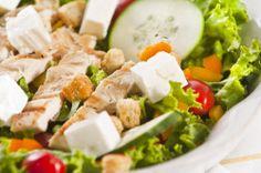 Ensalada fresca de pollo con lechuga, pepino, tomate, crutones y quesillo.