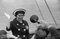 Travel Of Princess Soraya In United States. Etats-Unis, 24 mai 1958, la princesse Soraya Esfandiari BAKHTIARI était jusqu'à présent la seconde épouse et reine consort de Mohammad Reza Pahlavi, Shah d''Iran. Après son divorce, elle passe quelques jours aux Etats-Unis. Ici sur la passerelle d'un bateau, elle salue les photographes en les saluant.