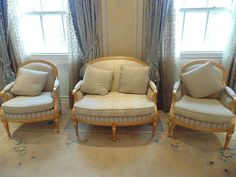 Lot 252 - Elegant Neoclassical style giltwood three piece salon suite foliate carved crestingメs to the sofa