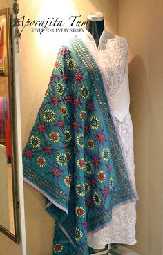 Phulkari dupatta Pakistani Fashion Casual, Pakistani Wedding Outfits, Pakistani Dresses, Indian Dresses, Indian Outfits, Indian Fashion, Hand Embroidery Dress, Embroidery Suits, Dress Neck Designs