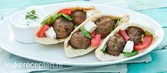 * Pitabroodjes gevuld met Griekse gehaktballetjes, tomaat en feta geserveerd met tzatziki saus