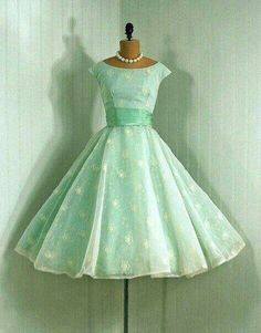 vintage dress in mint green. I need to get some vintage patterns and makes some dresses Vintage Outfits, Robes Vintage, Vintage Dresses 50s, Vintage Fashion, 1950s Dresses, 1950s Fashion Dresses, Vintage Prom, 1950s Dress Patterns, Dress Fashion