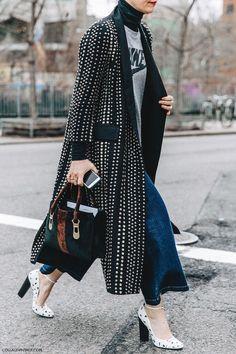 New York Fashion Week Streetstyle Look mit langem Polka Dot Mantel London Fashion Weeks, New York Fashion, Fashion 2018, Look Fashion, Winter Fashion, Womens Fashion, Fashion Trends, Jeans Fashion, Hijab Fashion