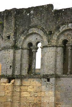 Palais Cardinal Saint-Emilion- 5) LE PALAIS IMPOSSIBLE: Pourquoi se donner tant de mal à protéger tout le tour de la ville pour finalement offrir un mur percé comme du gruyère ici ? Cette question a toujours embarrassé les archéologues. La réponse la plus simple voudrait que les remparts aient été à l'origine d'un seul tenant. Etant donné que les murs de l'enceinte sont probablement du XII°s et que Gaillard de la Mothe est contemporain du début du XIV°s, ....