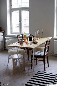 keittiö,lankkupöytä,ruokapöytä,eripari tuolit,artek
