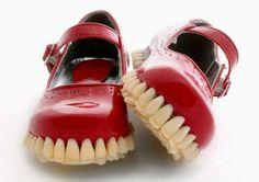"""DIF  CREEPY// O estúdio britânico Fantich & Young, transformou os clássicos sapatos """"mary jane"""" em algo mais sinistro, com uma sola feita com próteses de dentes."""