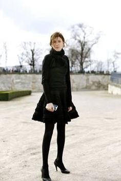 This is Soooooo helpful! Pretty much explains how not to look like a tourist in paris ! haha great advice! What to Wear in Paris: Packing Tips From Shoes to Hair