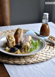 Rollitos de tostada francesa rellena de compota de manzana