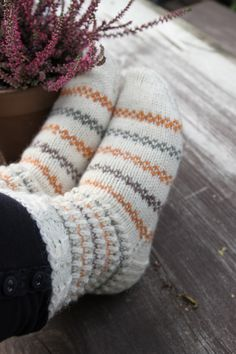 Lankamutkalla: Sukkia sukkia Knit Mittens, Knitting Socks, Baby Knitting, Woolen Socks, Diy Clothing, Handmade Clothes, Yarn Crafts, Knit Crochet, Knitting Patterns