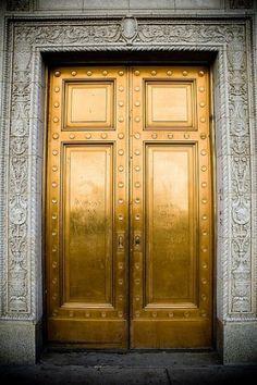 Leben in Gold (Kelly Wearstler) - doors entrance architecture Kelly Wearstler, The Doors, Windows And Doors, Beste Iphone Wallpaper, Wallpaper Backgrounds, Gold Door, Gold Everything, Unique Doors, Yamaguchi