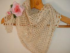 Romantico scialle realizzato all'uncinetto in cotone ecru con un fiore applicato in tinta : Sciarpe, foulard, cravatte di i-pizzi-di-anto