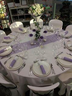Table parme et blanche! Vaisselle en location chez ATOUT RECEPTION et décoration en vente! www.atoutreception.fr