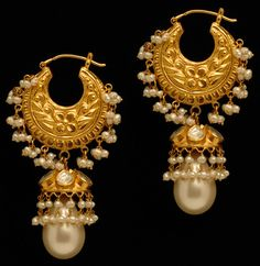 These beaded gold stud earrings with pearl drops is one of the traditional jewelry designs India Jewelry, Tribal Jewelry, Pearl Jewelry, Gold Jewelry, Roman Jewelry, Filigree Jewelry, Ancient Jewelry, Antique Jewelry, Antique Gold