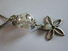 Glaskugel gefüllt mit Pusteblumen-Samen
