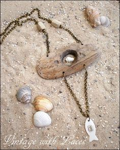 Driftwood Necklace with shells and fish charm Shell Jewelry, Beach Jewelry, Glass Jewelry, Wire Jewelry, Boho Jewelry, Jewelry Crafts, Jewelry Art, Jewelery, Jewelry Design