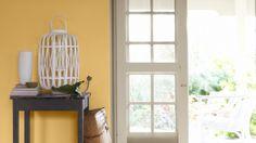 Wypełnij przedpokój ciepłem i radosną energią, sięgając po słoneczny odcień żółci i śnieżną biel.