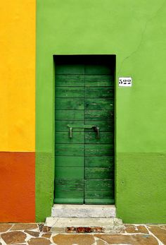 WOW !!! YOU CERTAINLY CAN'T MISS THIS LIME-GREEN ENTRANCE...............ccp