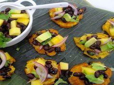 Patacones con Frijoles Negros, Mango y Aguacate - QueRicaVida.com