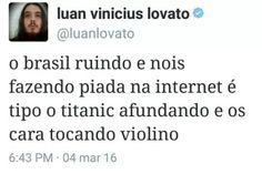 """""""O Brasil ruindo e nós fazendo piada na internet é tipo o Totanic afundando e os caras tocando violino"""" Engraçado. Memes Status, Dankest Memes, Funny Memes, Hilarious, Haha, Clean Memes, Truth Of Life, Life Rules, Relationship Memes"""
