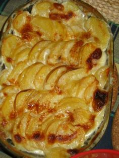SMETANOVÉ BRAMBORY. Plech, nebo zapékací mísu vymažeme máslem s prolis. česnekem-1/8 másla + 8 stroužků česneku, dále mí...