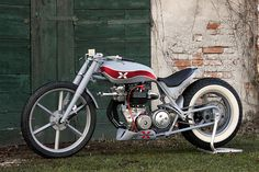 Roberto Totti of Bologna, Italy built this 1508 Hot Rod, inspired by American custom cars from the 1960s. The 750cc engine comes from a Triumph T120, with the head apparently turned 180 degrees to maintain pressure in the carburetors.