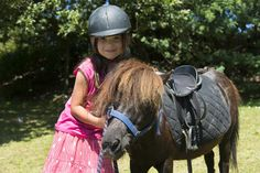 Au camping yelloh village les Mouettes de Carantec, les enfants peuvent se balader à dos de poney.