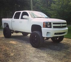 I like it but I prefer tow mirrors.  #liftedchevy #liftedtrucks I WANT THIS!!!