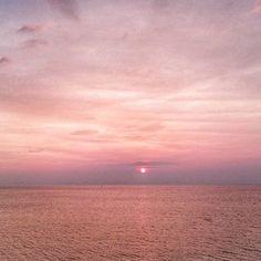 Pink sunset  Fotograaf: @rooieriekelt #dutchskies2017 #dutchsky #nederlandseluchten #europeanskies365 #europeanskies