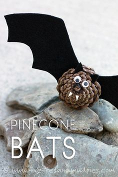 Halloween Basteln: Süße DIY Fledermaus aus Tannenzapfen und Papier Black felt, pinecones, and wiggly eyes are all kids need to create a small colony of creepy-cute Pinecone Bats! Perfect for Halloween. Scary Halloween Crafts, Halloween Tags, Halloween Party, Vintage Halloween, Halloween Pumpkins, Halloween Makeup, Halloween Ideas, Halloween Costumes, Diy Y Manualidades