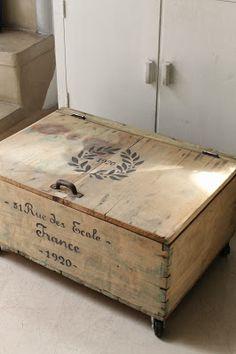 Antigua caja de madera natural con tapa/ baúl.   Tiene rueditas y detalle de estampas pintadas a mano en frente y tapa.   Medidas: 39 x 57...
