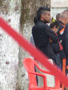 Após polêmica com Vasco, Léo Moura visita treino do Flamengo no Ninho #globoesporte