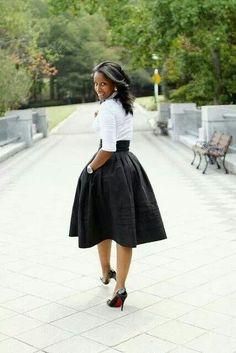 La jupe noire volante est juste magnifique avec cette chemise